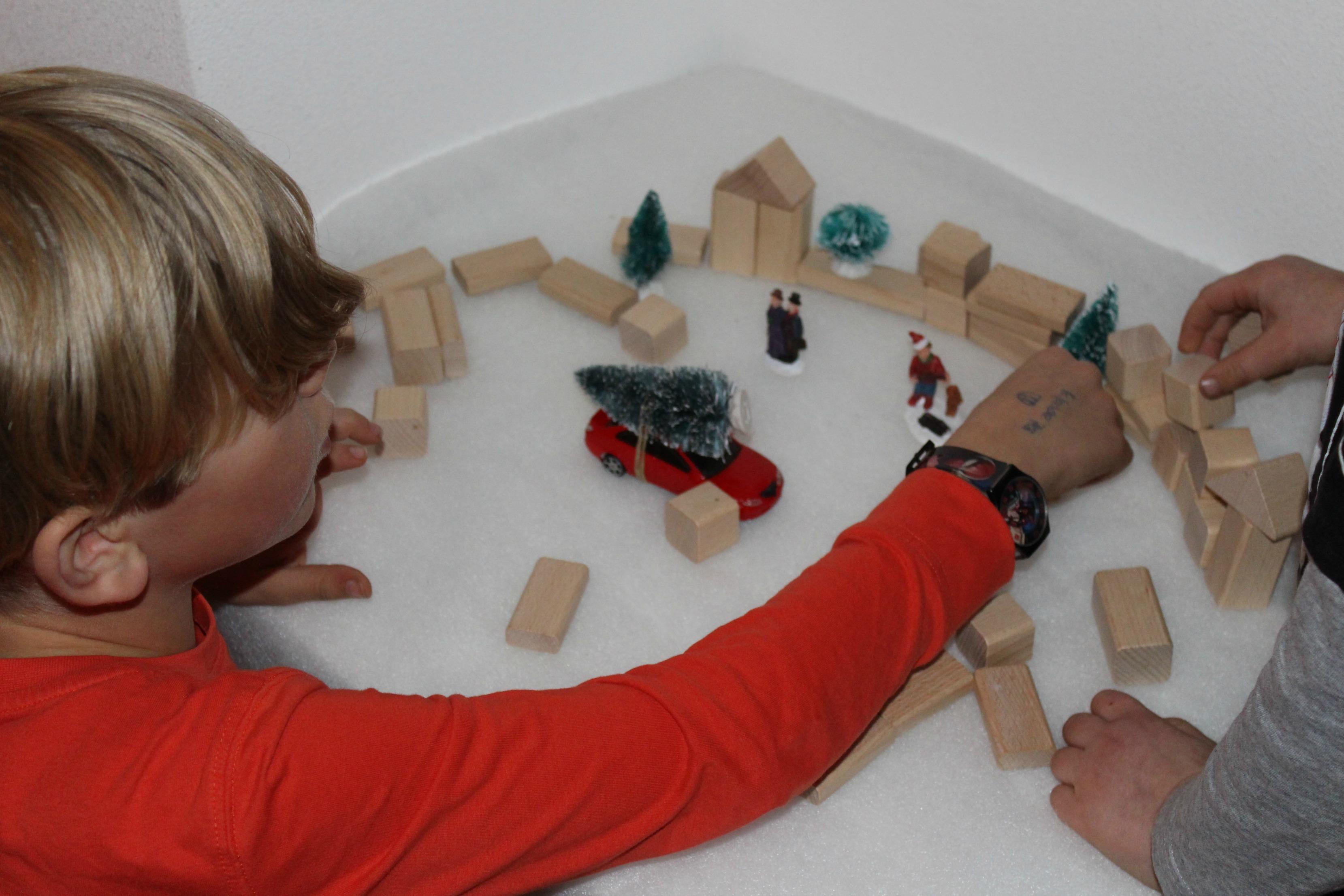 Speeltip met houten blokken een kerstdorp maken - Een houten boom maken ...