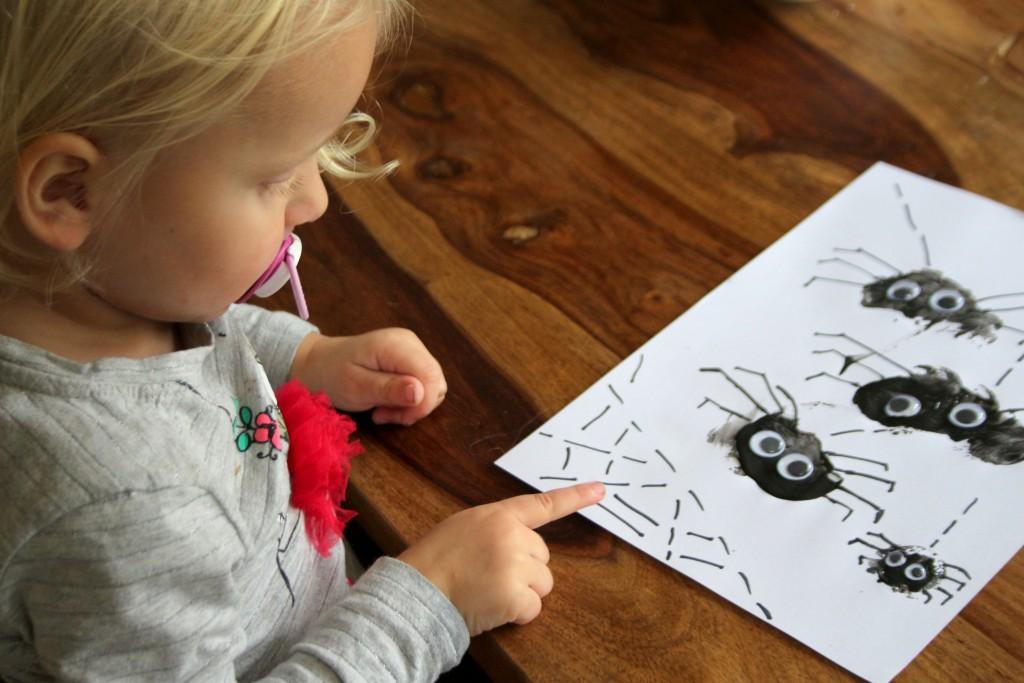 spinnen-stempelen-met-kurk-halloween-diy-makkelijk