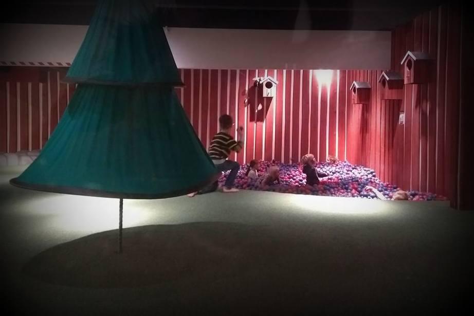 ikea smaland kinderopvang de eerste keer spelen in het toverbos met ballenbak. Black Bedroom Furniture Sets. Home Design Ideas