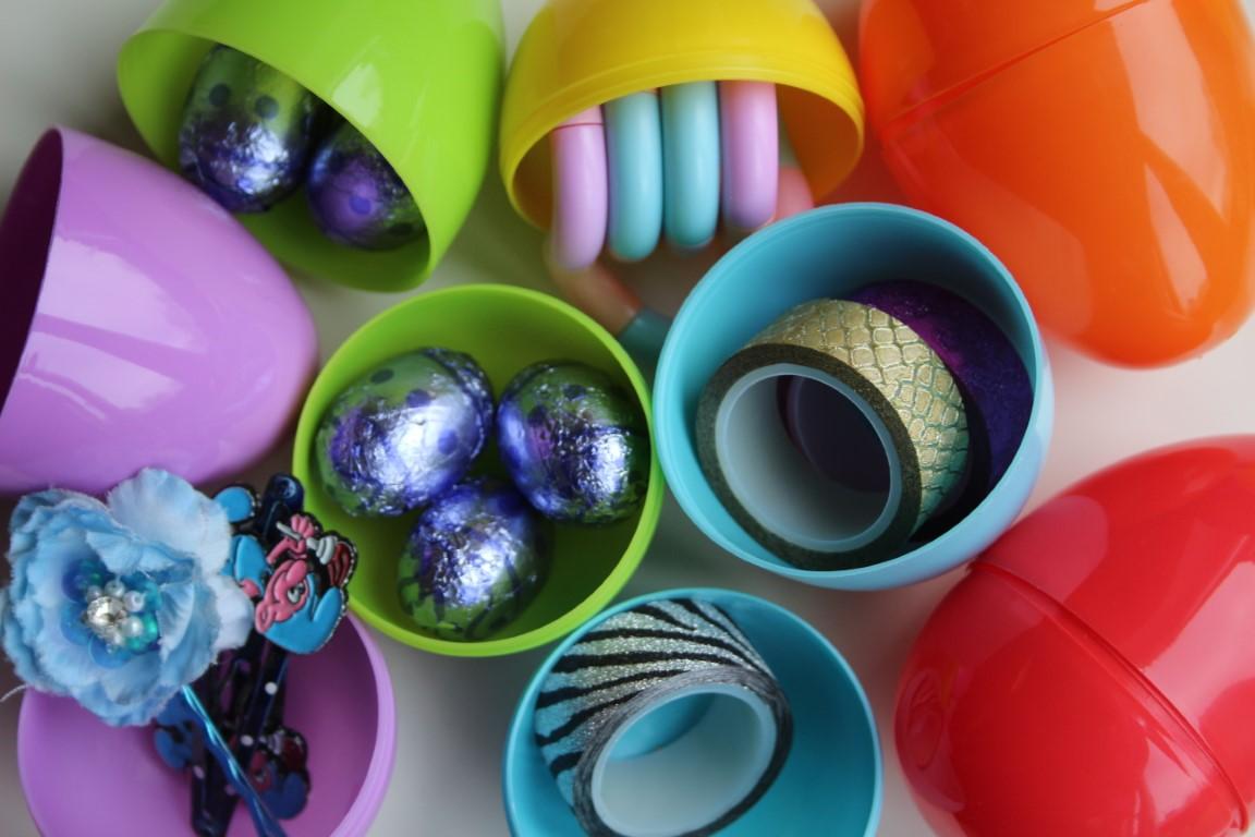 Plastic eieren vullen