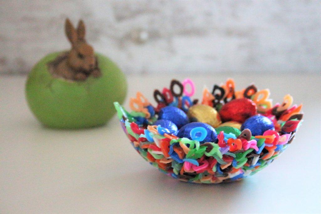 Paasmandjes knutselen met kinderen; Pasen mandjes maken met peuter kleuter strijkkralen