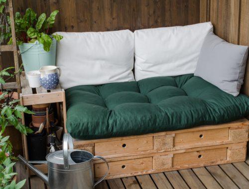 Loungebank van pallets - Foto rechten van Shutterstock