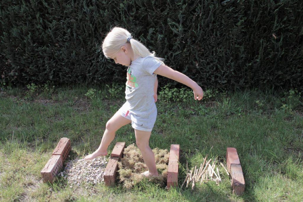 Blotevoetenpad aanleggen - Zelf een blote voetenpad maken voor peuters en kleuters